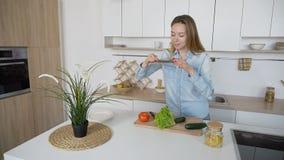 Modernes Mädchen macht Foto vom Gemüse am intelligenten Telefon für soziales Stockbilder