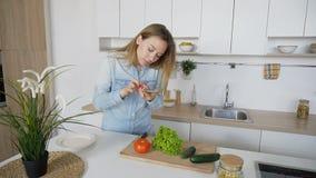 Modernes Mädchen macht Foto vom Gemüse am intelligenten Telefon für soziales Stockfoto