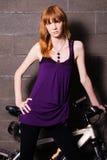 Modernes Mädchen mit einem Fahrrad Stockfoto