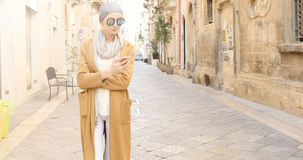 Modernes Mädchen mit Handy Stockfoto