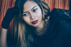 Modernes Mädchen, schönes Mädchen im schwarzen Weinlesekleid und Handhandschuh mit den roten Lippen Frau im Retro- Kleid Retro- A Stockfotos