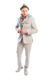 Modernes männliches Modell, das grauen Anzug, Schal und Hut trägt Stockbilder