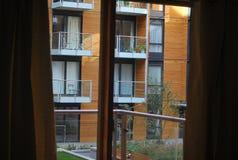 Modernes möbliertes Zimmer - Balkon lizenzfreie stockfotos