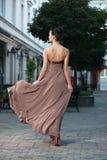 Modernes Mädchen im braunen Kleid Stockfotografie