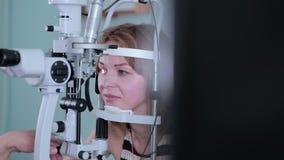 Modernes medizinisches Verfahren Augenarztpunkte am mit Berührungseingabe Bildschirm während der Augenuntersuchung stock footage