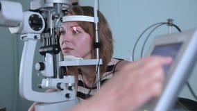 Modernes medizinisches Verfahren Augenarztpunkte am mit Berührungseingabe Bildschirm während der Augenuntersuchung stock video footage