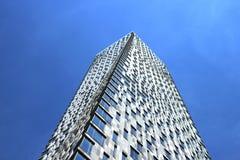 Modernes mehrstöckiges Gebäude, gedreht um seine Achse Stockbilder