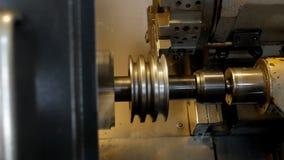Modernes Metalldrehbankschleifen-Metallteil, automatische Werkzeugmaschine, industriell, Metallarbeits stock video footage