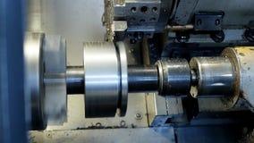 Modernes Metalldrehbankschleifen-Metallteil, automatische Werkzeugmaschine, industriell, Metallarbeits stock footage