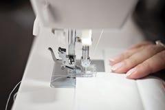 Modernes nähendes weißes Gewebe der Nähmaschine - Bild lizenzfreies stockfoto