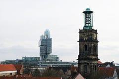 Modernes NordLB-Gebäude und historischer Aegidienkirche-Kirchturm Stockbild