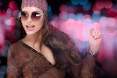 Modernes Party-Mädchen Schöne junge Frau im Kleid des langen Grüns der Art und Weise und mit Frühling blüht Disco-Tanzen Stockfotografie