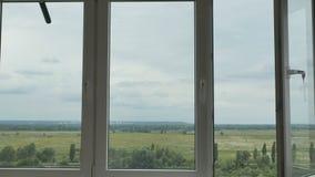 Modernes Plastikfenster mit erstaunlicher Landschaft draußen stock video