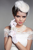 Modernes Porträt der eleganten Frau Blonde Frau des Art und Weisebaumusters im bräutlichen weißen Kleid mit Regenschirm Schönheit Lizenzfreies Stockfoto