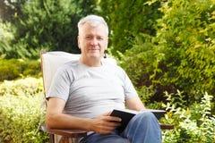 Modernes Porträt des älteren Mannes Lizenzfreies Stockfoto