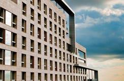 Modernes quadratisches Gebäude Lizenzfreie Stockfotos