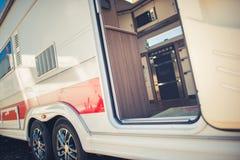 Modernes Reise-Anhänger-Kampieren stockbild