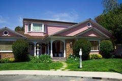 Modernes rosafarbenes Haus Stockbilder