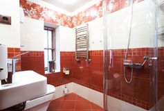 Modernes rotes Badezimmer Stockfotos
