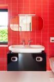 Modernes rotes Badezimmer Lizenzfreies Stockbild