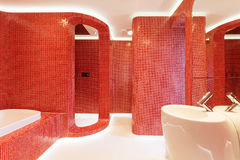 Modernes rotes Badezimmer Lizenzfreie Stockfotos