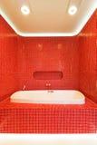 Modernes rotes Badezimmer Lizenzfreie Stockbilder
