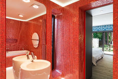Modernes rotes Badezimmer Stockfotografie