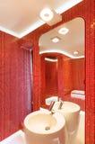 Modernes rotes Badezimmer Stockfoto