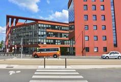 Modernes rotes Gebäude mit Glasfenster Himmelhintergrund Lizenzfreie Stockbilder