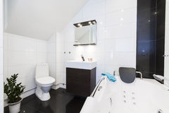 Modernes sauberes Badezimmer Stockfotografie