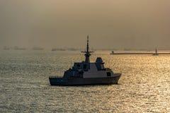 Modernes Schlachtschiff in Singapur-Straße stockfoto