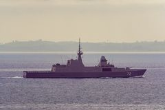 Modernes Schlachtschiff in Singapur-Straße lizenzfreies stockfoto