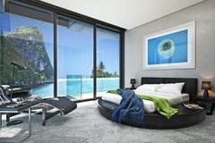 Modernes Schlafzimmer mit Blick auf eine ausgezeichnete Küstenozeanbucht Lizenzfreie Stockfotos
