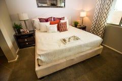 Modernes Schlafzimmer mit Dekorateur-Einzelteilen lizenzfreie stockfotografie
