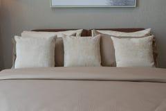 Modernes Schlafzimmer mit Kissen Lizenzfreies Stockfoto