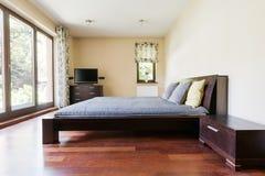 Modernes Schlafzimmer mit Panoramafenstern stockfotografie