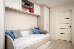 Modernes Schlafzimmer mit Sofa und Garderobe lizenzfreie stockbilder