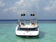 Modernes Schnellboot in der Lagune von Tropeninsel im Indischen Ozean, Malediven Lizenzfreie Stockbilder