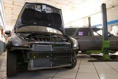 Modernes schwarzes Auto in einer Reparatur S Stockbild
