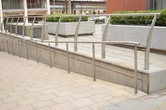 Modernes silbernes Geländer, das zu das Straßeneinkaufen führt Lizenzfreie Stockfotografie