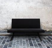 Modernes Sofa auf Kopfsteinstraße Stockbilder