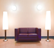 Modernes Sofa und Fußbodenlampen Stockbilder