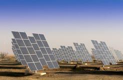 Modernes Sonnenkraftwerk in der sonnigen Ebene. Lizenzfreies Stockbild