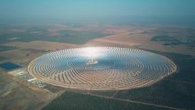 Modernes Sonnenkraftwerk mit Turm, Vogelperspektive stock video
