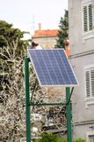 Modernes Sonnensolarenergie-Zellgremium auf der Straße stockbild