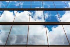 Modernes städtisches Gebäude mit Glasfenster-Reflexion Stockfoto