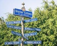 Modernes städtisches Straßenschild der Schwester Cities von Los Angeles Stockbilder