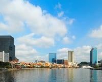 Modernes Stadtbild mit blauem Himmel Lizenzfreie Stockfotos