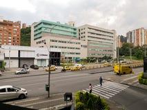Modernes Stadtleben in Medellin, Kolumbien Verkehr in der Allee und in den Gebäuden stockfotografie