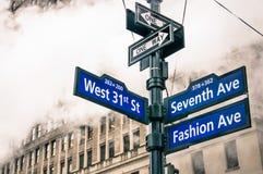 Modernes städtisches Straßenschild und Dampf dämpfen in New York City Lizenzfreies Stockbild
